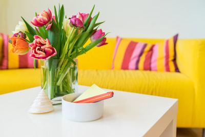 Blumen auf Tisch - Sofaecke - Praxis Michalea Klinkenberg